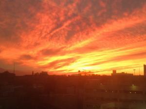 foto di tramonto tramonto Un tramonto infuocato sopra il cielo di Filadefia USA