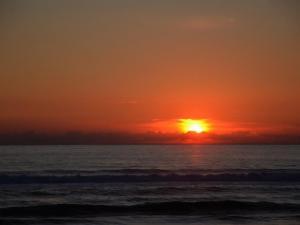 foto di tramonto, tramonto Tramonto sul mare dai colori intensi sulla spiaggia di Sabaudia