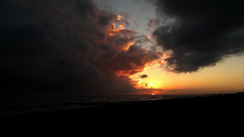 tramonto sul mare tra cielo e nuvole foto di tramonti foto al tramonto immagini mare spiaggia