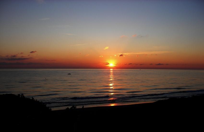 tramonto la calma del tramonto foto di tramonto sul mare Latina Lido