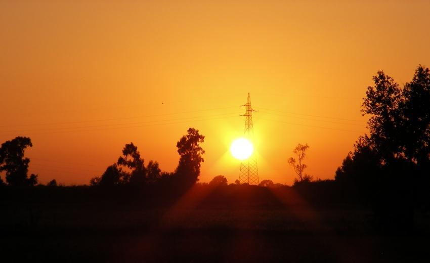 un tramonto tra i cavi dell'alta tensione tramonto elettrico foto di tramonti campagna traliccio alberi