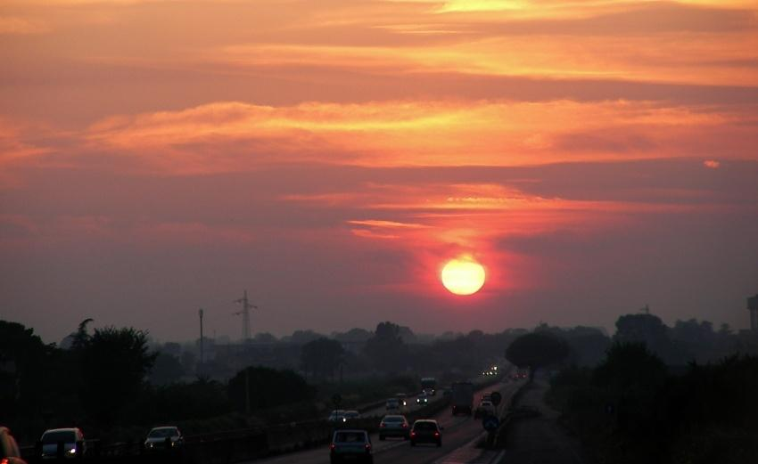 tramonto viaggiando in contro al tramonto sulle strade del mondo a Latina