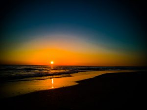 foto di tramonto tramonto Tramonto intenso sul mare in autunno